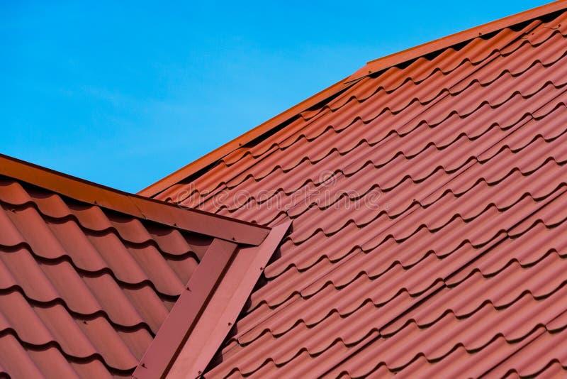 Fragment van het rode dak van de metaaltegel stock fotografie