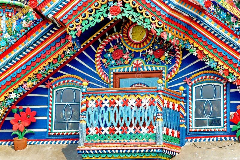 Fragment van het voorgevel en balkondorpshuis Het blokhuis is een sprookje Houten architectuur Rusland royalty-vrije stock fotografie