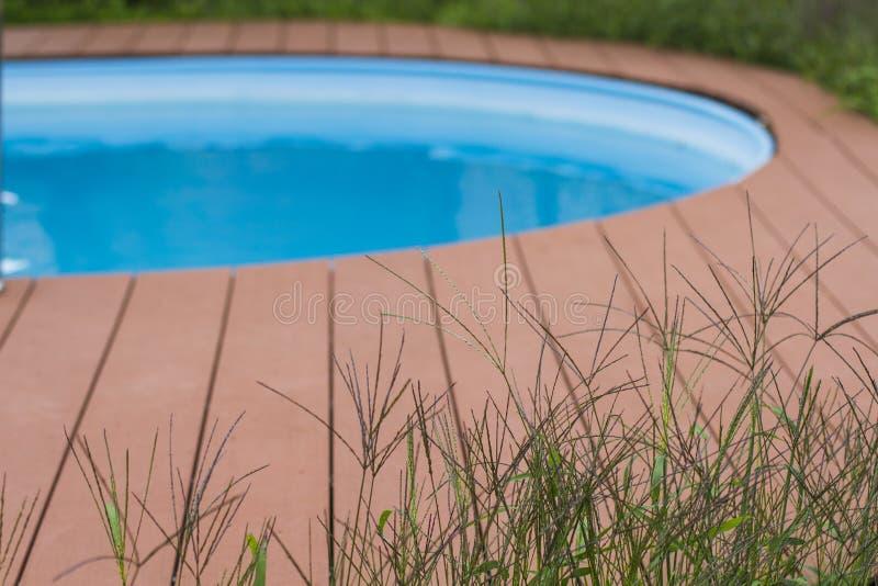 Fragment van huispool voor het ontspannen kuuroord op groen gras stock foto