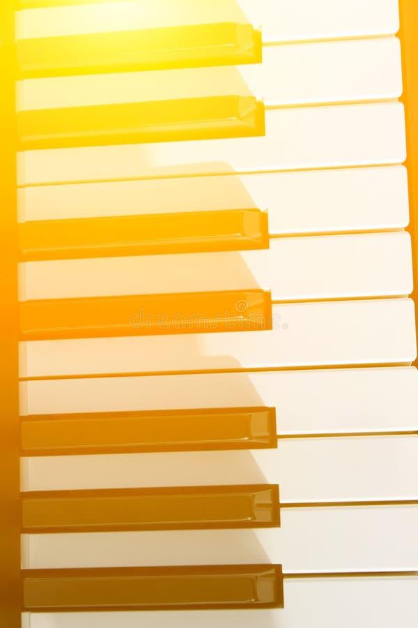 Fragment van klassiek pianotoetsenbord Gouden Zonlichtgloed Van het de creativiteitonderwijs van de muziekharmonie de prestatiesc stock foto