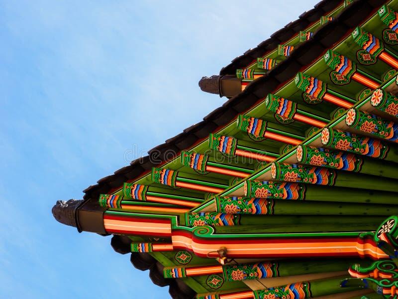 Fragment van Koreaans traditioneel houten dak Het Paleis van Gyeongbokgung Seoel, Zuid-Korea royalty-vrije stock foto