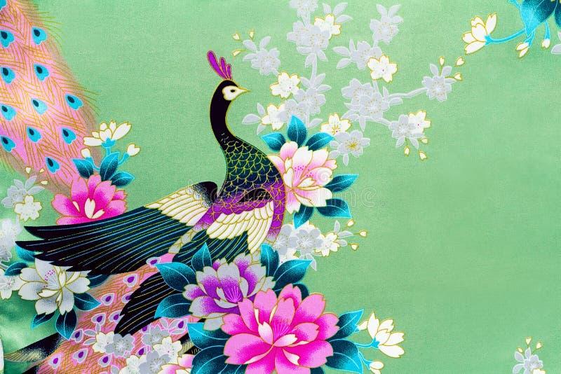 Fragment van mooie zijdestof met het beeld van bloemen en royalty-vrije stock foto's