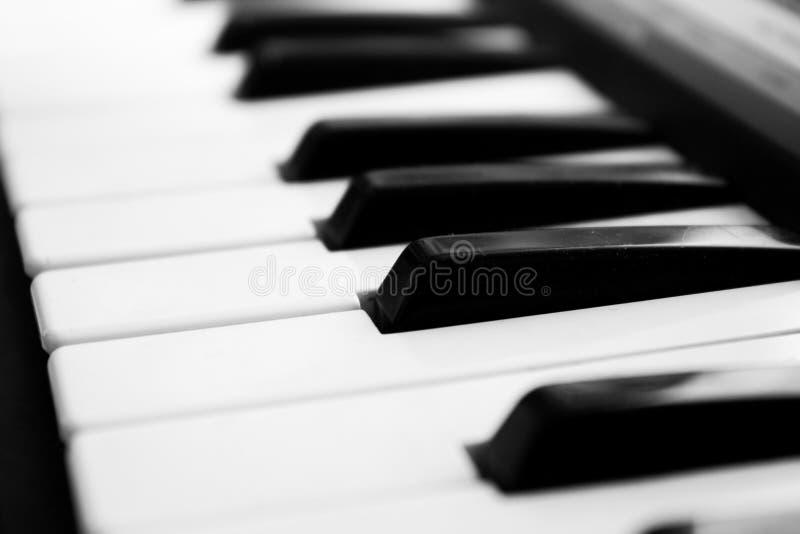 Fragment van pianotoetsenbord in sterk onduidelijk beeld royalty-vrije stock foto's