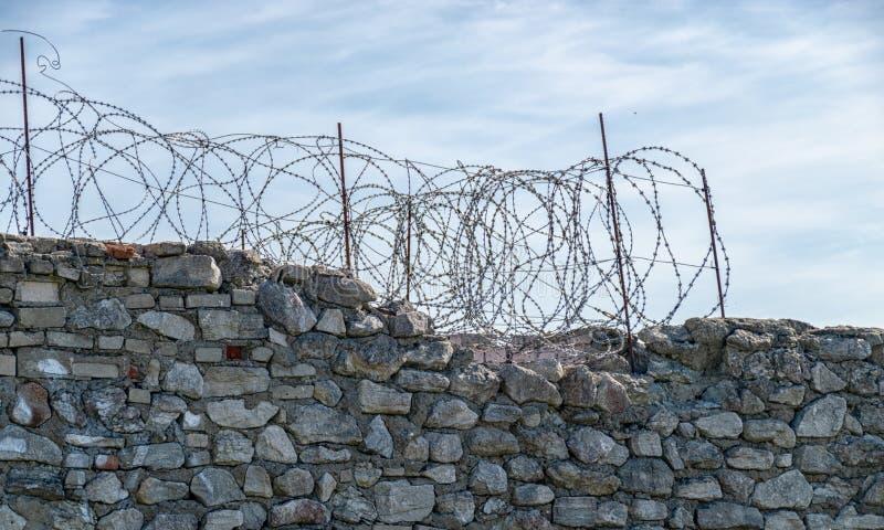 Fragment van prikkeldraad boven de hek van de gevangenis, royalty-vrije stock foto