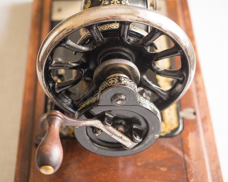 Fragment van ZANGER naaimachine uit de eerste hand, vliegwiel, selectieve nadruk royalty-vrije stock afbeelding