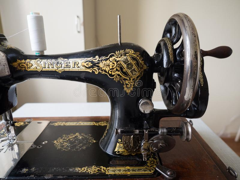Fragment van ZANGER naaimachine uit de eerste hand, vliegwiel, selectieve nadruk royalty-vrije stock foto
