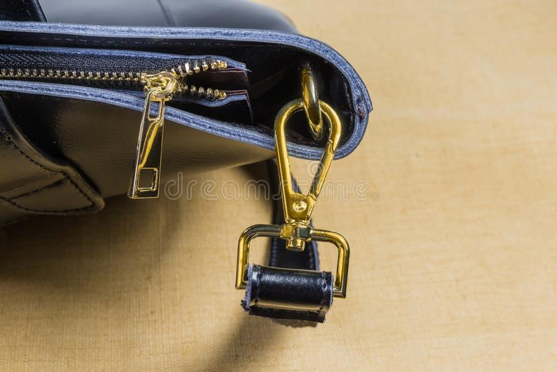 Fragment van zwarte handtas met sommige gele toebehoren van de metaalzak stock afbeeldingen