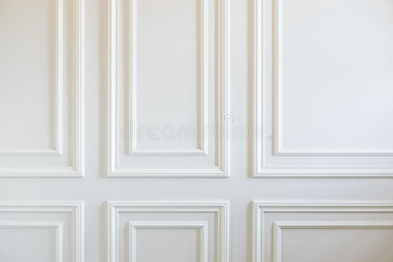 Fragment von den klassischen weißen Wänden verziert mit Formteilen lizenzfreies stockfoto