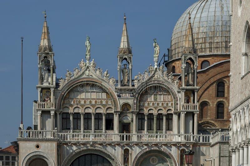 Fragment von Schönheit St- Mark` s Basilika und Doge ` s Palase an Quadrat oder an Marktplatz Sans Marco stockfoto
