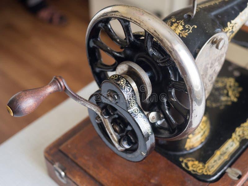 Fragmente da primeira - máquina de costura do CANTOR da mão, volante, foco seletivo fotografia de stock royalty free