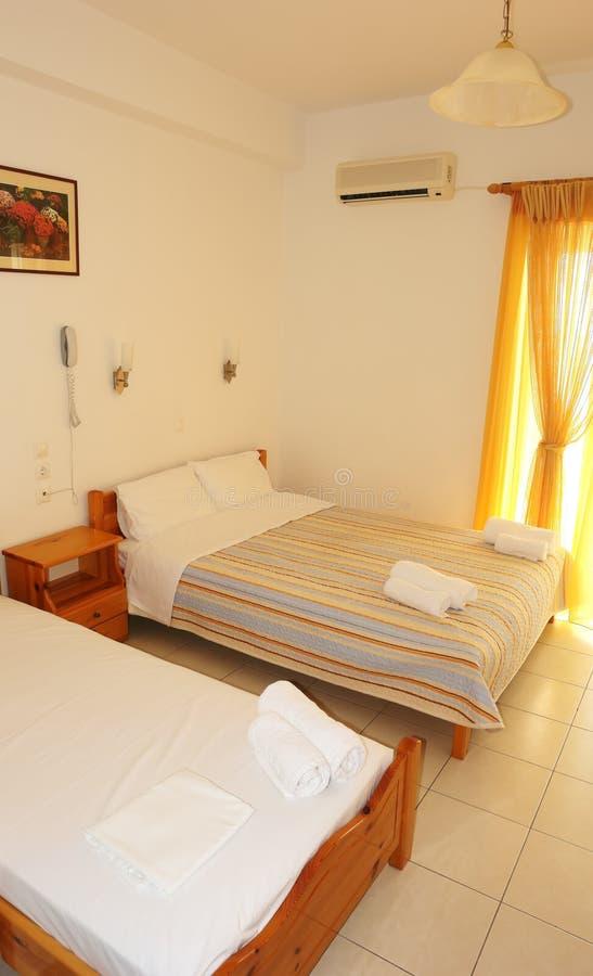 Fragmenten binnenlandse slaapkamer met een groot bed en een geel gordijn stock afbeeldingen