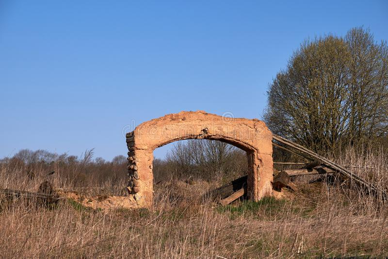 Fragmenten van kleigebouwen in Litouws platteland royalty-vrije stock afbeeldingen