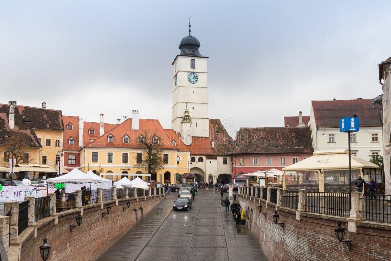 Fragmentet av den lilla fyrkanten och rådet står högt i en regnig dag i den Sibiu staden i Rumänien royaltyfria bilder