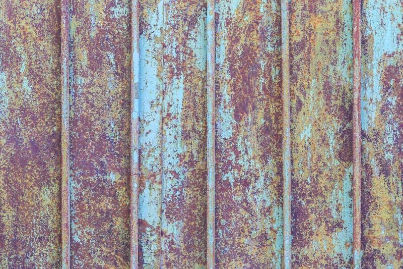 Fragmentet av det gamla metallstaketet som målas av blått, målar som bakgrunden royaltyfria foton