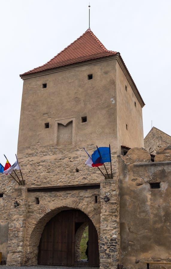 Fragmentet av fästningväggen med ingångsportarna av den Rupea citadellen byggde i det 14th århundradet på vägen mellan Sighisoara royaltyfria bilder