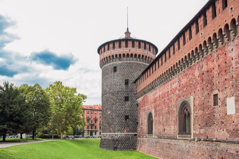 Fragmentet av fästningväggen och hörntornet av Sforzesco rockerar fotografering för bildbyråer