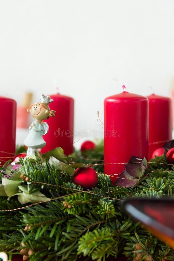 Fragmento ascendente cercano de la guirnalda de la Navidad de las ramas de árbol verdes frescas de abeto adornadas con la figura  imágenes de archivo libres de regalías