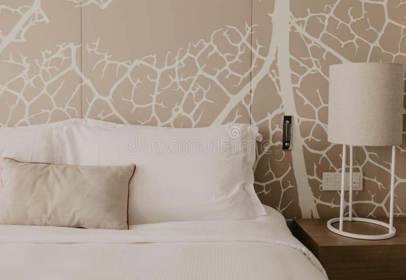 Fragmento ascendente cercano del dormitorio con la lámpara de lectura en hogar u hotel moderno fotografía de archivo libre de regalías