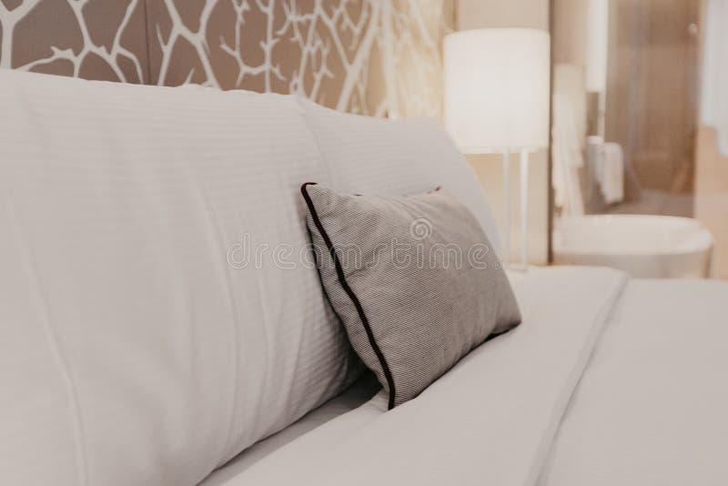 Fragmento ascendente cercano del dormitorio con la lámpara de lectura en hogar u hotel moderno fotografía de archivo