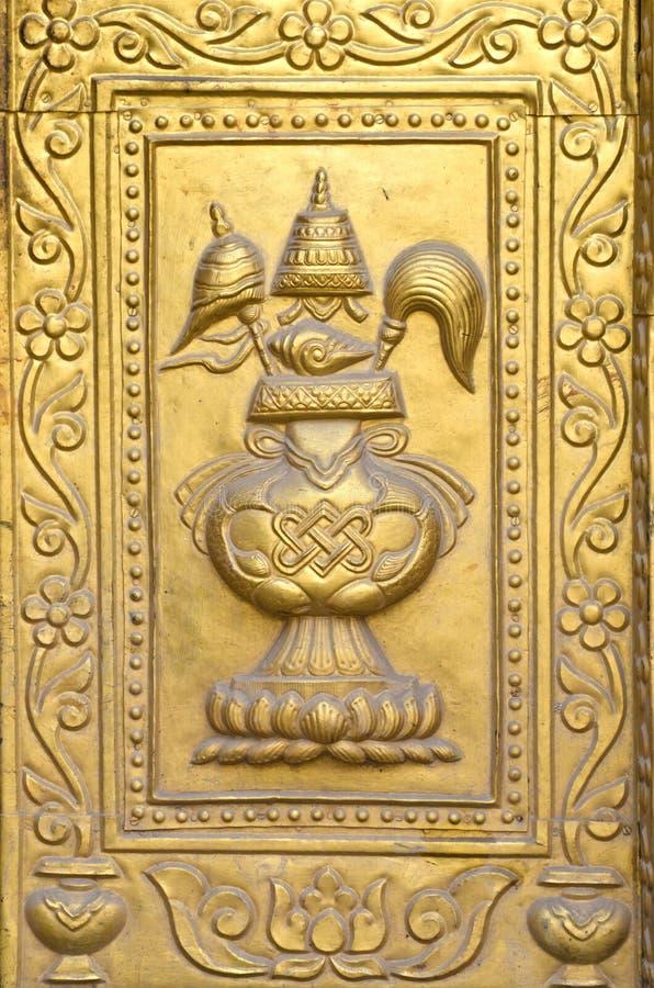 Fragmento asiático dourado dourado do ornamental da porta do templo imagem de stock