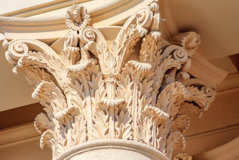 Fragmento Corinthian itálico do capital de coluna da cor de creme Decoração arquitetónica antiga da construção da ordem foto de stock royalty free