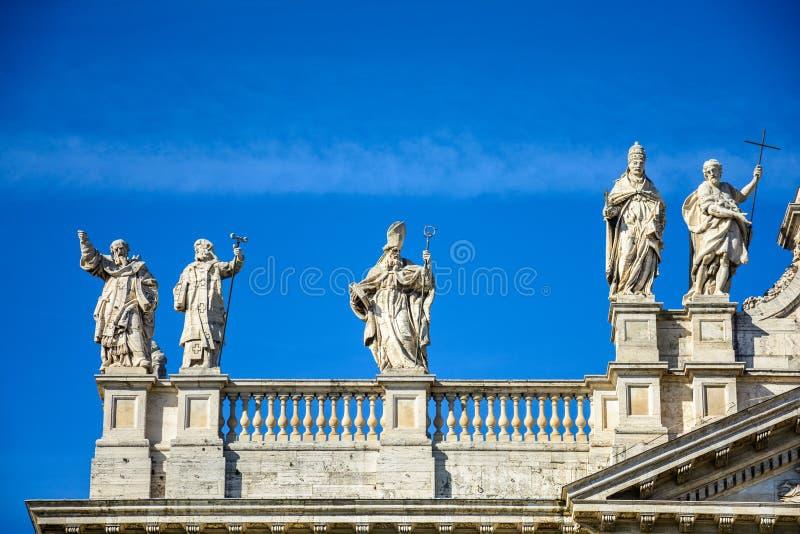 Fragmento da balaustrada da catedral de St John o batista no monte de Lateran em Roma foto de stock