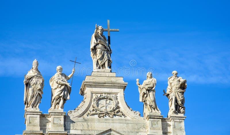 Fragmento da balaustrada da catedral de St John o batista no monte de Lateran em Roma imagens de stock