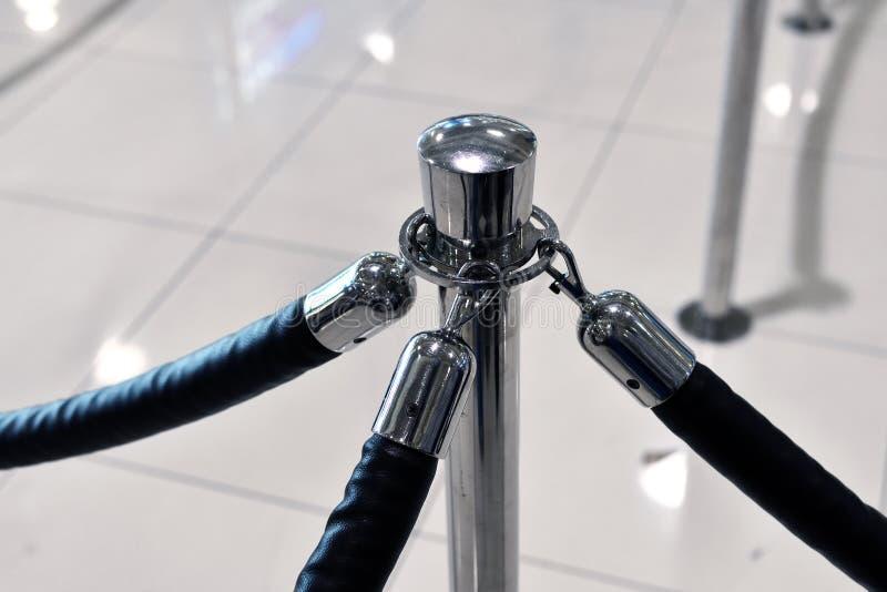 Fragmento da cerca com cremalheira usando-se em aeroportos fotos de stock royalty free