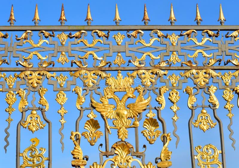 Fragmento da cerca do palácio de Catherine em Tsarskoye Selo imagem de stock