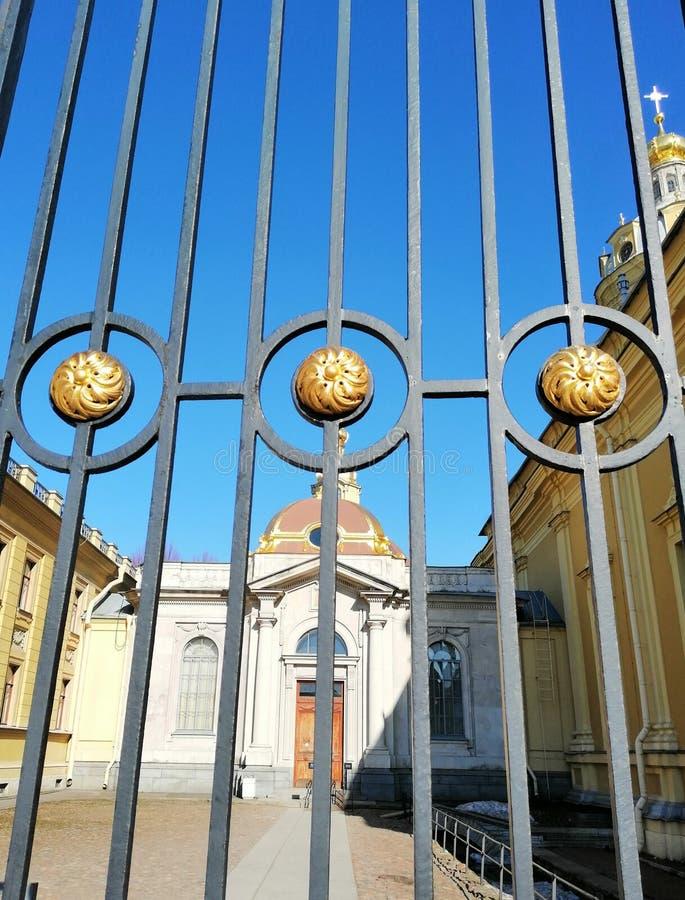 Fragmento da decoração da cerca da igreja fotos de stock royalty free