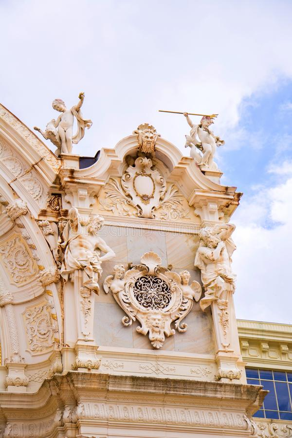 Fragmento da decoração da colunata principal do ferro fundido - Marianske Lazne Marienbad - República Checa foto de stock