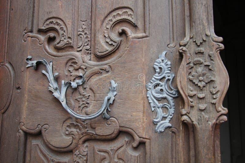Fragmento da decoração do metal na porta foto de stock