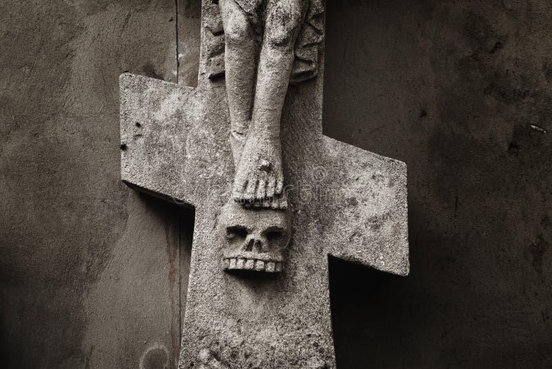 Fragmento da estátua a crucificação do ston antigo de Jesus Christ fotografia de stock