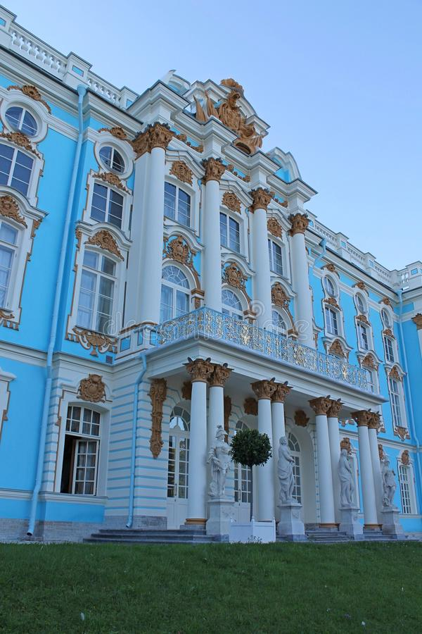 Fragmento da fachada de Catherine Palace do parque Cidade de Pushkin imagens de stock
