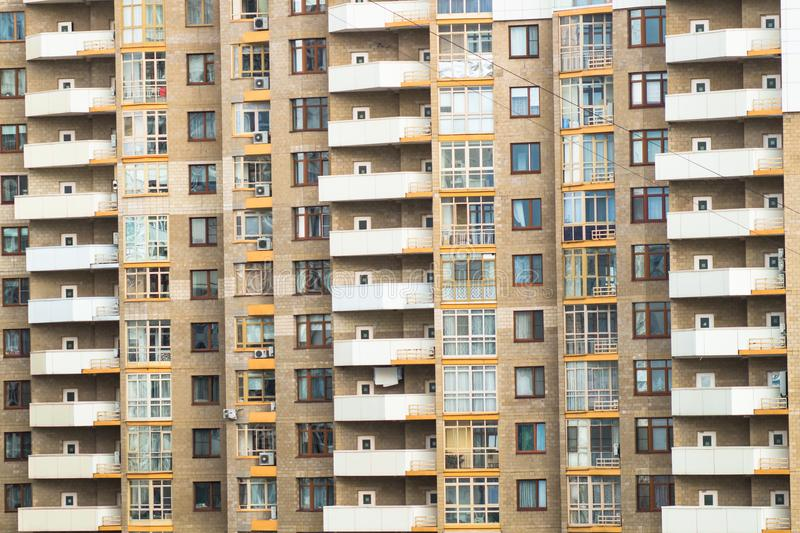 Fragmento da fachada do prédio de apartamentos tijolo-monolítico moderno fotografia de stock