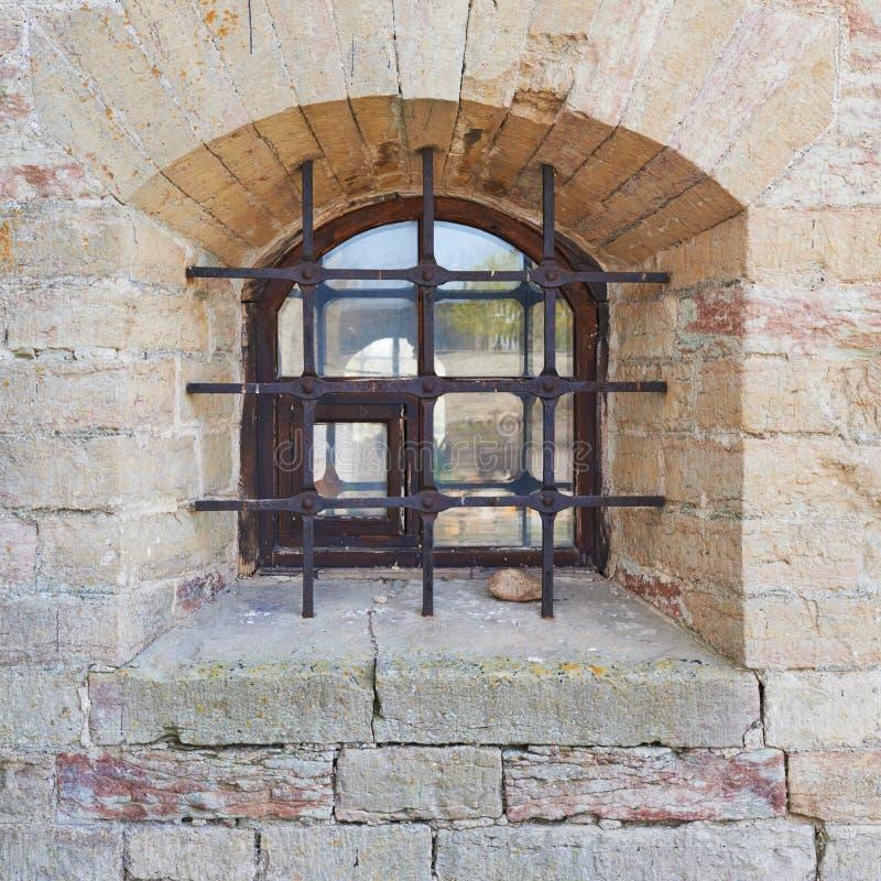Fragmento da parede do castelo velho do tijolo foto de stock