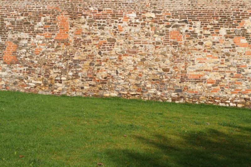 Fragmento da parede velha da fortaleza do tijolo foto de stock royalty free