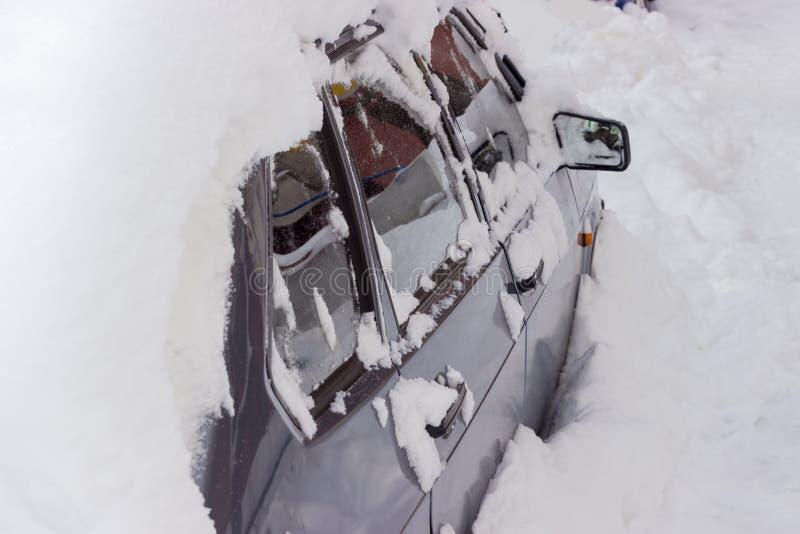 Fragmento da peça lateral do carro pesadamente bloqueado pela neve imagem de stock royalty free