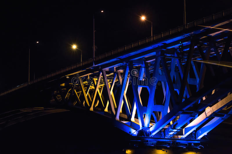 Fragmento da ponte na noite imagens de stock royalty free
