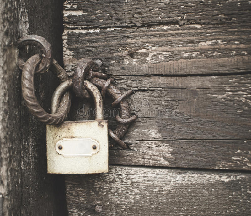 Cadeado velho em uma porta de madeira foto de stock royalty free