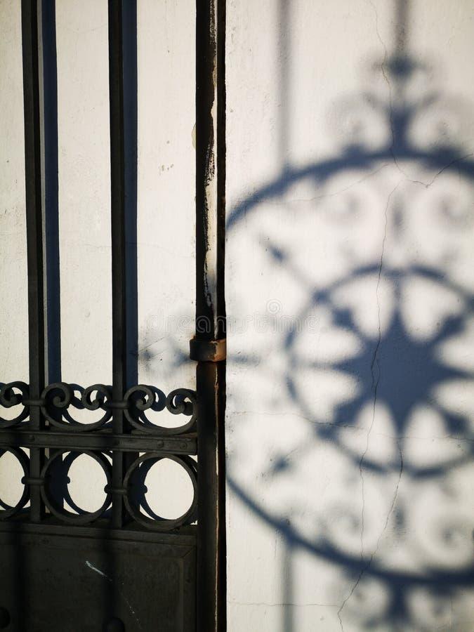 Fragmento da porta do metal fotografia de stock