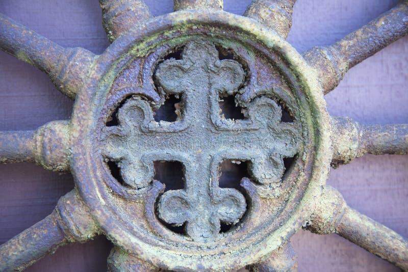 Fragmento da porta medieval do vintage do metal fotografia de stock royalty free