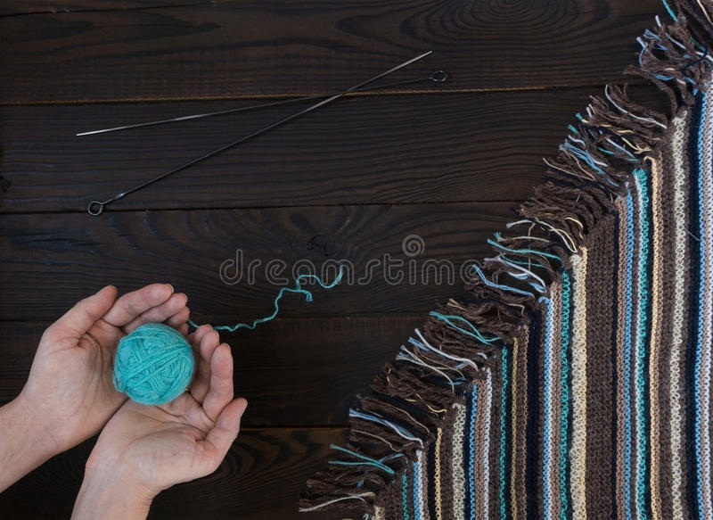 Fragmento das mãos feitas malha feitos a mão do ` s da tela e da mulher com bola imagem de stock royalty free