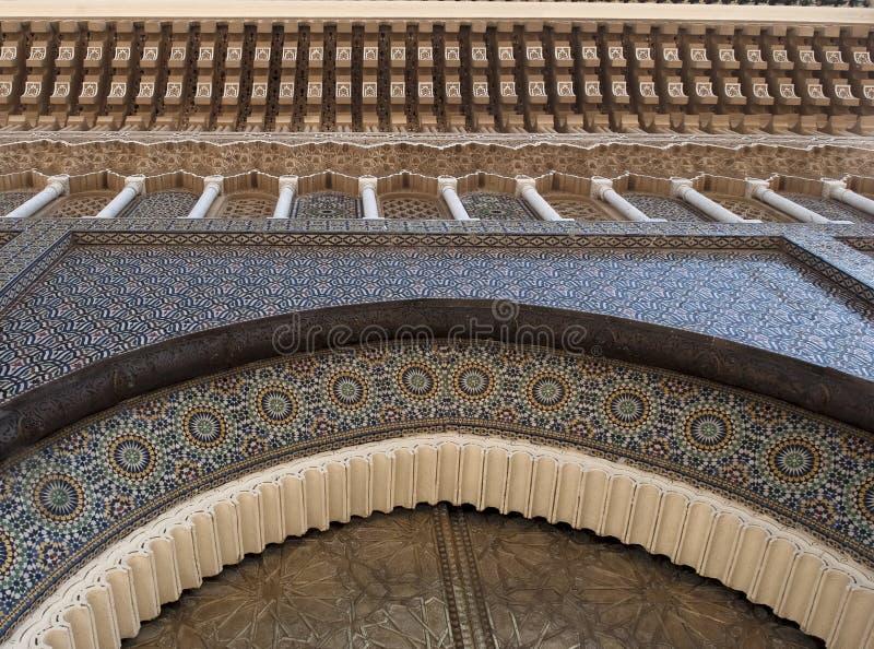 Fragmento de la arquitectura del Arabesque, puerta del palacio imperial en Casablanca imágenes de archivo libres de regalías