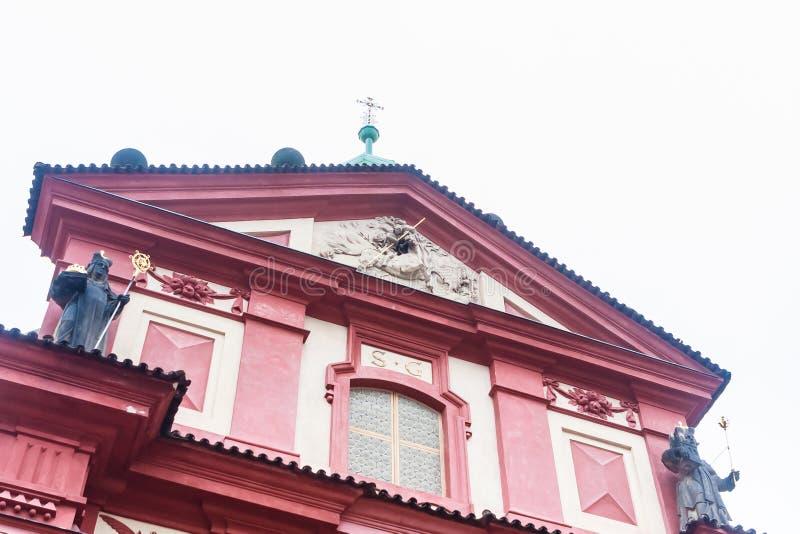 Fragmento de la basílica y del monasterio de San Jorge en el castillo de Praga fotos de archivo libres de regalías