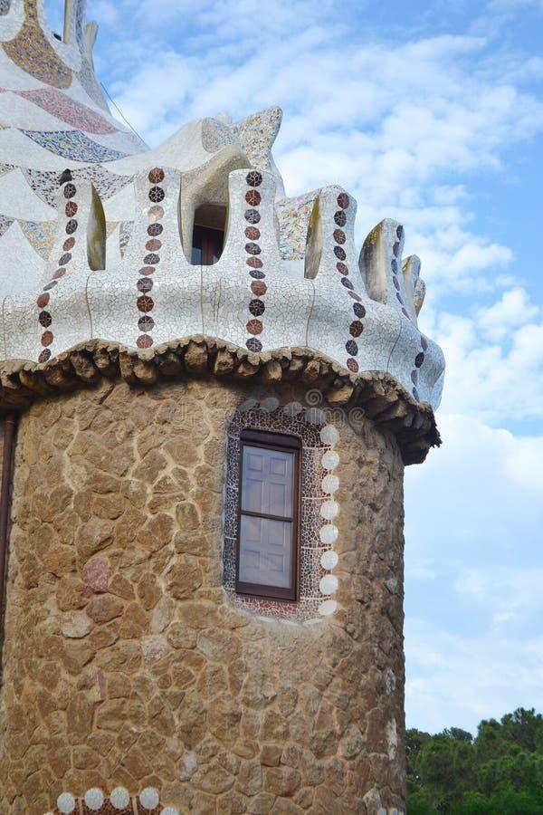 Fragmento de la casa del cuento de hadas en el parque Guell foto de archivo