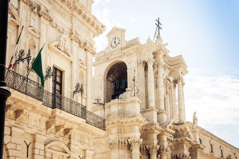 Fragmento de la catedral en Duomo cuadrado famoso en la isla de Ortygia, Syracuse Siracusa, Sicilia fotos de archivo