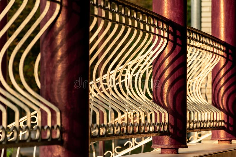 Fragmento de la cerca con las columnas del metal Restaurante del mirador Dibujo de la luz y de la sombra fotos de archivo