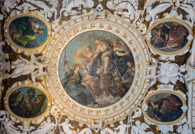 Fragmento de la decoración interior rica del techo en el palacio del dux en Venecia, Italia fotografía de archivo