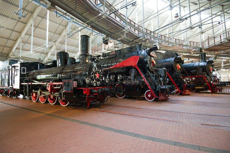 Fragmento de la exposición de las locomotoras de vapor en el nuevo museo de los ferrocarriles rusos fotos de archivo